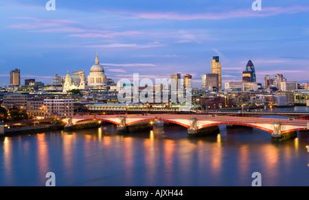UK-London-Blick über Themse St. Pauls Kathedrale und City Skyline - Stockfoto