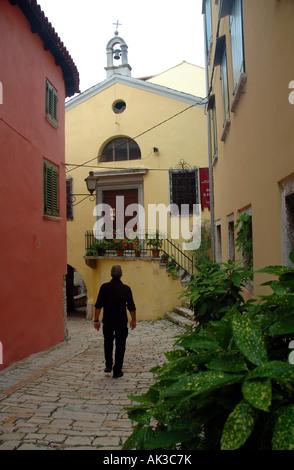 Mittelalterliche Kirche von St. Thomas am Ende einer kleinen Straße im zentralen Rovinj Istrien Kroatien Herr - Stockfoto