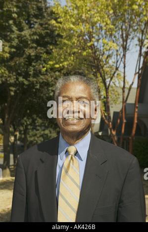 Porträt eines älteren Mannes trägt einen Anzug - Stockfoto