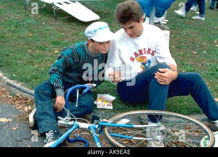 18 Jahre alte diskutieren Radweg mit Freund 9 Jahre alt. St Paul Minnesota USA - Stockfoto