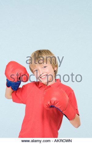 Jungen tragen Boxhandschuhe - Stockfoto