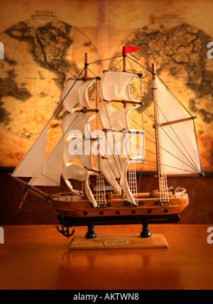 Schiffsmodell mit Antike Landkarte im Hintergrund - Stockfoto