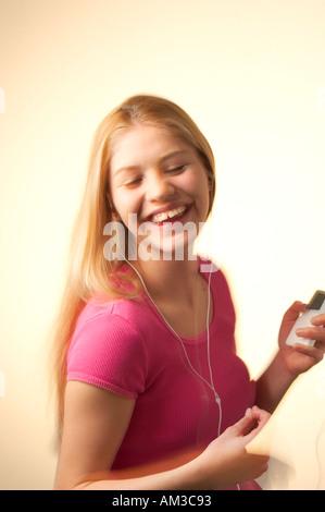 Teenager-Mädchen anhören von Musik und Tanz - Stockfoto