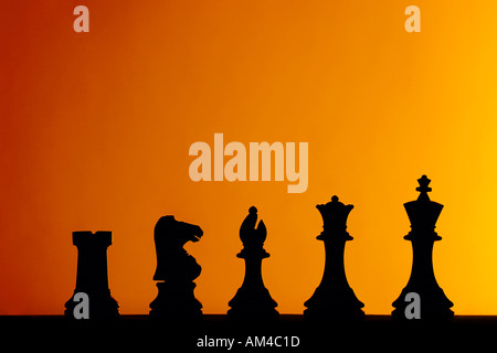 Reihe von Schachfiguren aufgereiht - Stockfoto