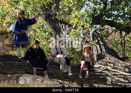 Eine Gruppe von jungen indianischen Kinder spielen in einem alten Baum - Stockfoto