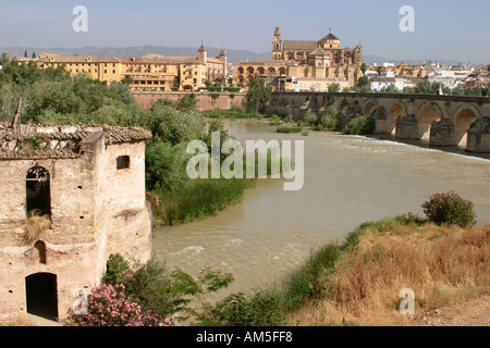 Cordoba Spanien Blick auf La Mezquita die Moschee über Fluss Guadalquivir römische Brücke nach rechts - Stockfoto