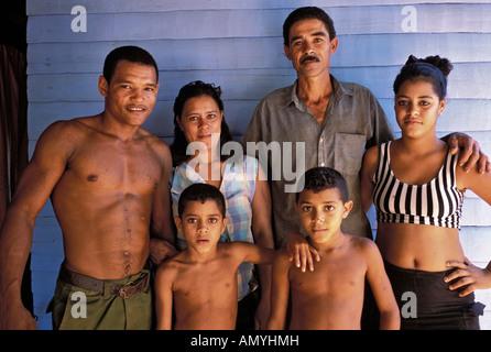 Kubanische Familie in ihrem ländlichen Haus in La Serafina Provinz La Habana Cuba - Stockfoto
