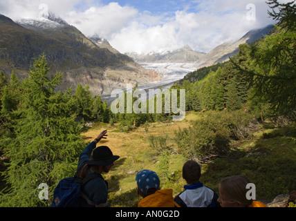 Ein Leitfaden betont Funktionen zu besuchen Schülerinnen und Schüler des Grossen Aletschgletschers über Tal mit - Stockfoto