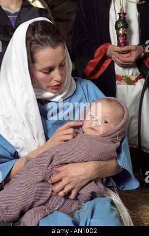 Maria und Jesuskind in lebende Krippe - Stockfoto