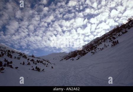Sonnendurchflutete Wolken am Winterhimmel im Nationalpark Nizke Tatry, Slowakei - Stockfoto