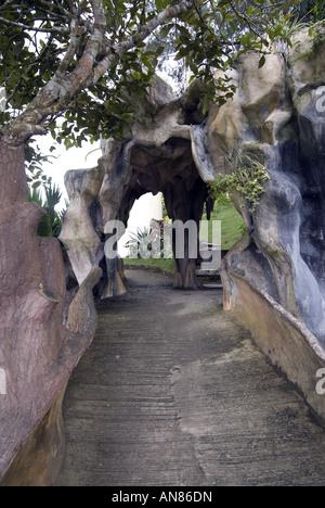 Grotte Eintritt in Chocolate Hills - Stockfoto