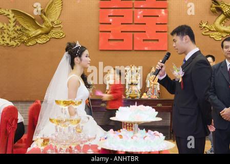 Braut und Bräutigam stehen von Angesicht zu Angesicht Bräutigam sahen einander, ins Mikrofon sprechen - Stockfoto