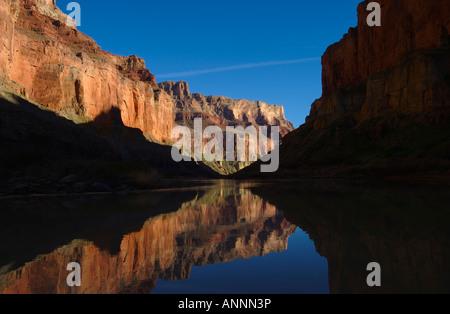 Reflexion des rote Sandstein Mauern in den Colorado River im Grand Canyon National Park im US-Bundesstaat Arizona - Stockfoto