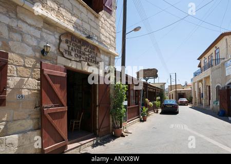 Taverne an der Main Street, Neo Chorio, in der Nähe von Polis, Westküste, Zypern - Stockfoto