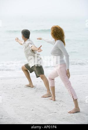 Älteres paar Tai Chi am Strand zu tun - Stockfoto
