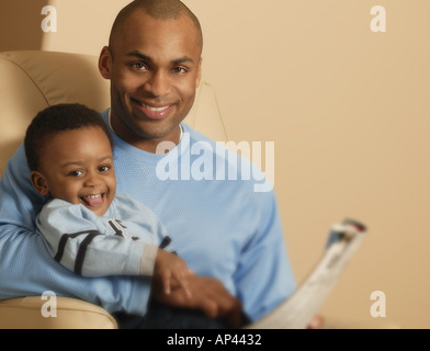 Vater und Sohn lesen - Stockfoto