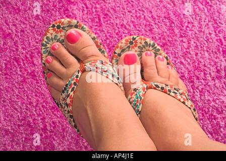 Rosa Fußnägel und ausgefallene Sandalen - Stockfoto