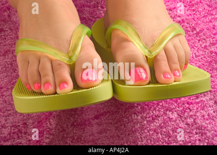 Grüne Riemen und rosa Fußnägel - Stockfoto