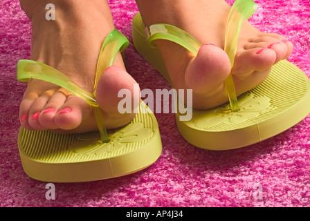 Nagellack rosa Zehen und grüne Riemen - Stockfoto