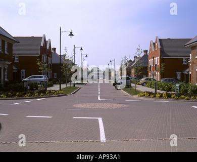 Straßenkreuzung auf die neue Wohnsiedlung gebaut auf dem WWII Kämpfer Luftwaffenstützpunkt bei West Malling in Kent - Stockfoto