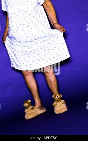 Ältere Frau trägt Kleid und Bär Hausschuhe - Stockfoto