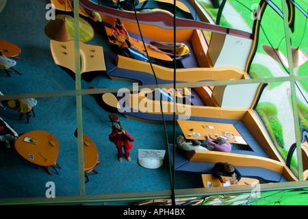 Spiegelbild des Fotografen widerspiegelt in bizarre verzerrt Glasdach Südinsel Neuseeland - Stockfoto