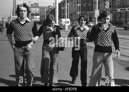 1970er Jahre Mode modische Pullover Teens im Urlaub Golden Mile Blackpool Lancs England Uk 70er Jahre 1974 HOMER - Stockfoto