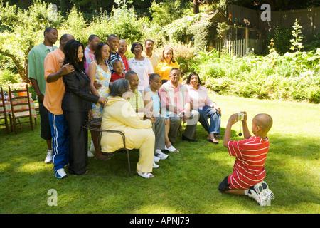Junge Familie im Freien zu fotografieren - Stockfoto