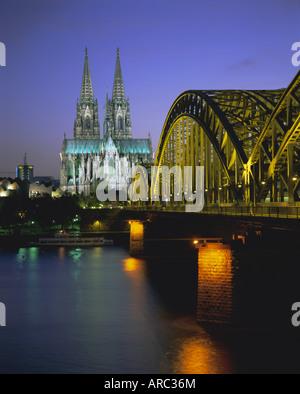 Brücke über den Rhein und Dom (Dom), Köln (Köln), Nord-Rhein Westfalen, Deutschland, Europa - Stockfoto