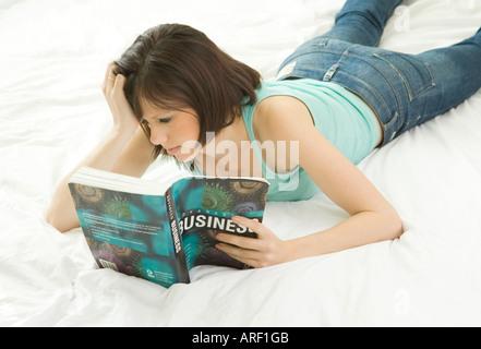 eine Frau liest ein Buch über business - Stockfoto