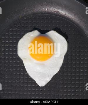 Spiegelei in der Pfanne wie ein Herz geformt. - Stockfoto