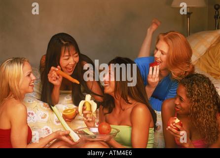 Fünf Freunde der ethnischen Mischung Essen gesund essen und Spaß in California Schlafzimmer sprechen - Stockfoto