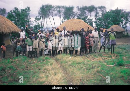Eine Großfamilie Luo 37 Erwachsene und Kinder vor ihrem Haus in South Nyanza westlichen Kenia in Ostafrika - Stockfoto