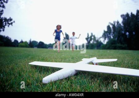 Kinder spielen mit einem Spielzeugflugzeug - Stockfoto