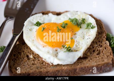 Spiegelei auf ein Sandwich in Herzform - Stockfoto