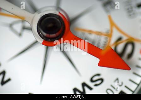 Bild von einer Nahaufnahme eines Kompasses zeigt Süd - Stockfoto