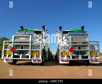 Zwei neue Lastzüge geparkt an einer Tankstelle. - Stockfoto