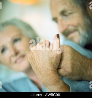 Älteres Paar Hand in Hand, Hände im Mittelpunkt - Stockfoto