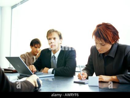 Geschäftsleute, die gemeinsam am Tisch - Stockfoto