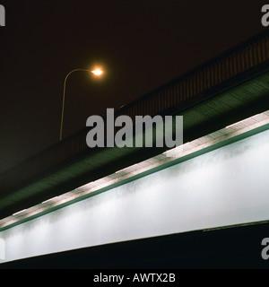 Straßenlaterne auf Bridge bei Nacht - Stockfoto