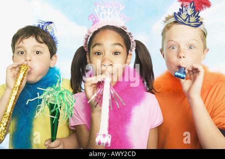 Jungen und Mädchen in Partyhüte - Stockfoto