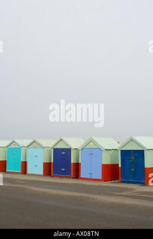 Eine Reihe von Strandhütten auf der Esplanade in & Hove Brighton Seafront. - Stockfoto