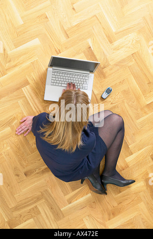 Business-Frauen arbeiten mit Laptop Zeitung und Handy auf hölzernen Dachboden Stock - Stockfoto