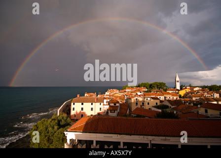 Komplette Regenbogen über Novigrad in den Morgen, Istrien, Kroatien, Europa - Stockfoto