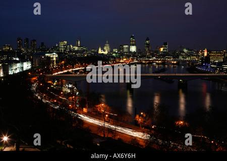 Panoramablick auf die Themse vorbei an Waterloo Bridge in Richtung The City of London - Stockfoto