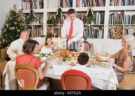 Familie am Esstisch zu Weihnachten - Stockfoto
