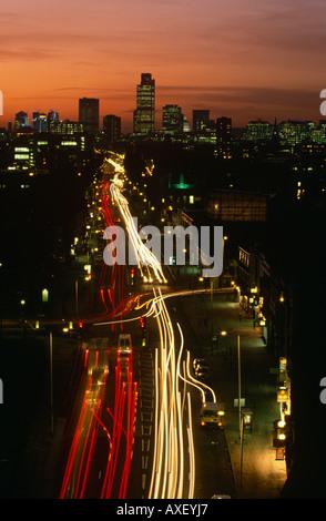 Der Meile Ende Straße hinauf in die City of London mit dem Natwest Tower am Horizont. - Stockfoto