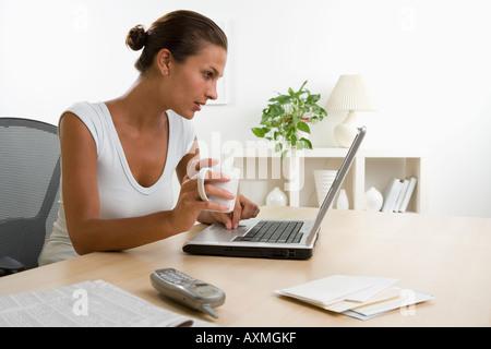 Frau mit Kaffee mit laptop - Stockfoto