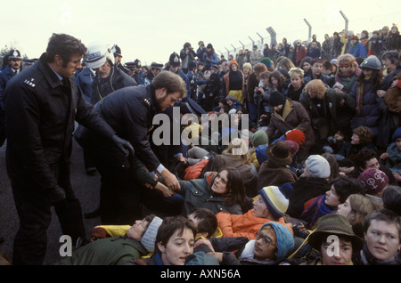 Polizei nimmt den Frieden protestierenden in nuklearen Marschflugkörpern Air Base Greenham Common Berkshire England - Stockfoto