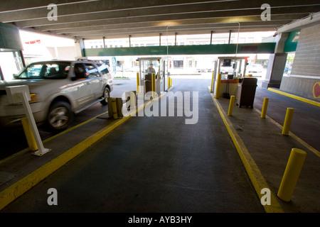Ein Auto zieht durch einen Parkplatz Garageneinfahrt in Lincoln, Nebraska, April 2006. - Stockfoto